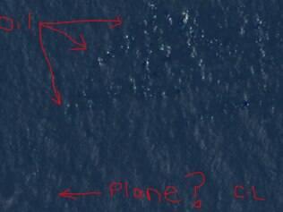 Segundo a cantora, rastros de óleo estariam acima da imagem, e destroços do avião no canto inferior esquerdo, como indicado pelas setas em vermelho
