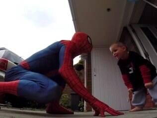 Pai se veste de Homem-Aranha para dar um aniversário inesquecível ao filho com doença terminal