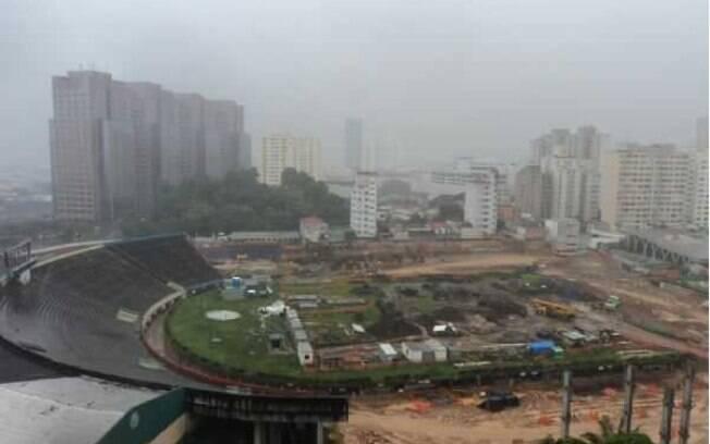 O campo do estádio palmeirense virou um  enorme canteiro de obras