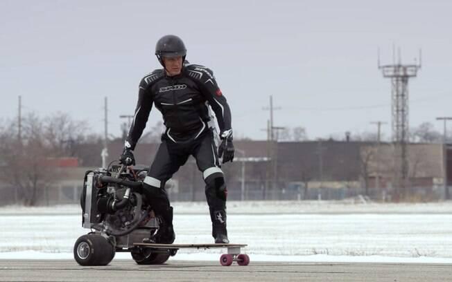 Dolph Lundgren testa skate com motor Ford EcoBoost 1.0 de 125 cv.