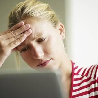 Vigiar as atividades do ex na rede social prolonga o estresse do rompimento