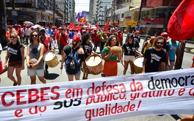 Manifestantes levaram batuques para o ato em Recife (PE). Foto: Ademar Filho/Futura Press - 3.10.15