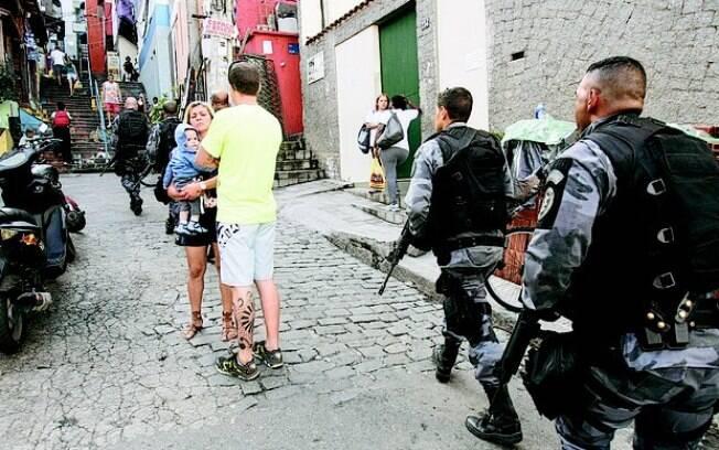 Policiais foram recebidos com tiros enquanto faziam patrulhas em ruas da comunidade Dona Marta