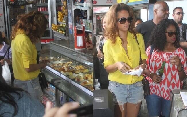Rihanna parou no meio do caminho para comprar uma cerveja e um salgado na lanchonete do morro do Corcovado