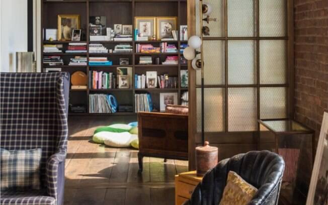 Em vez de hall, a atriz transformou o primeiro cômodo da casa em uma sala de leitura