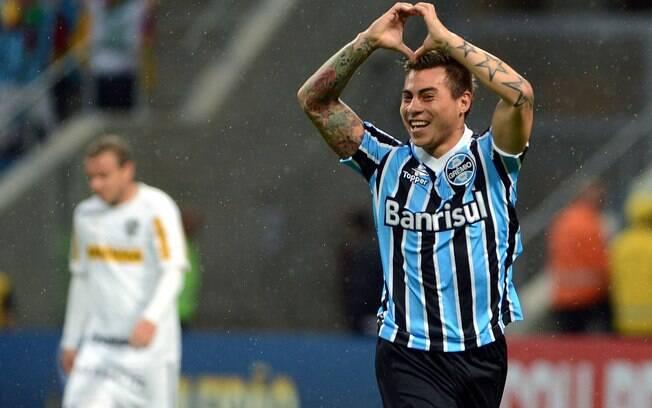 Vargas celebra gol do Grêmio na partida  contra o Botafogo
