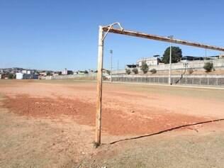 Campo do complexo esportivo do Jardim Teresópolis precisa ser reformado