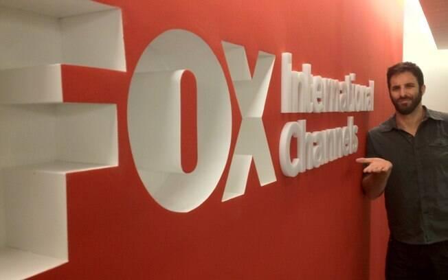 Rafinha Bastos posa em frente ao logo da Fox Internacional: