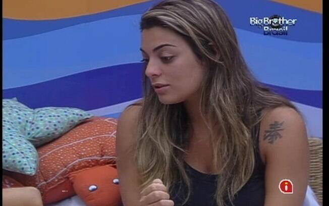 Monique escuta conselhos de Fabiana e Kelly