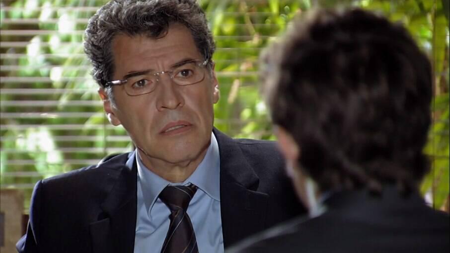 Rodrigo conta para Jonas que Júlia é sua neta