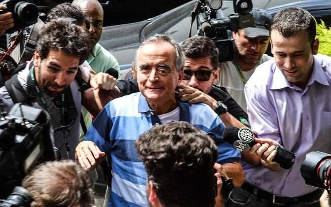 Preso pela PF, ex-diretor da Petrobras, Nestor Cerveró chega ao IML de Curitiba para exame de corpo delito nesta quarta-feira (14/01/2015)