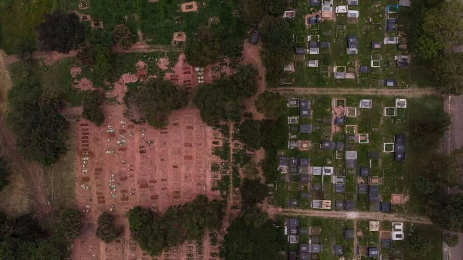Covas abertas no cemitério Vila Nova Cachoeirinha, na Zona Norte da capital paulista