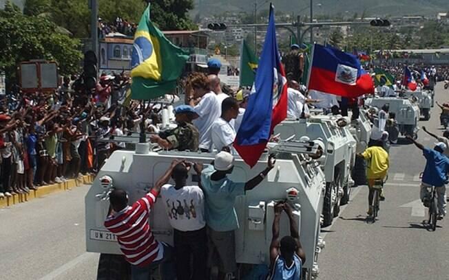 A Seleção Brasileira desfila em Porto Príncipe antes do Jogo da Paz