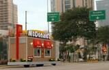 Ação de marketing coloca executivos do Mc Donald's em drive-thrus