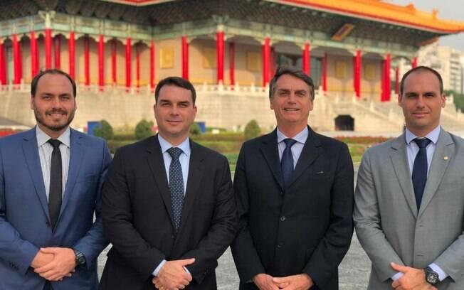 Jair Bolsonaro e os filhos Carlos, Flávio e EDuardo