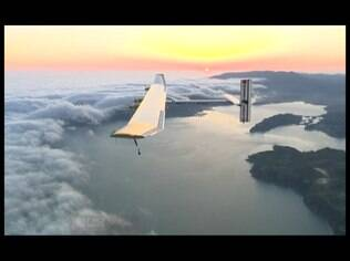 A aeronave antecessora, a Solar Impulse 1, conseguiu atravessar o continente americano voando e armazenou bateria o suficiente para voar durante a noite