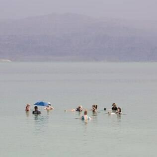 O Mar Morto é localizado entre Israel e Jordânia e tem menos de 16 km de extensão