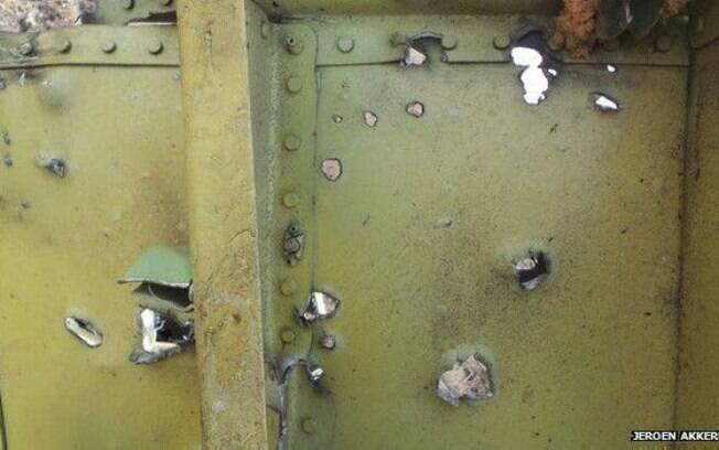 Peça do MH17 que caiu na região leste ucraniana, com supostas marcas de abatimento a míssil