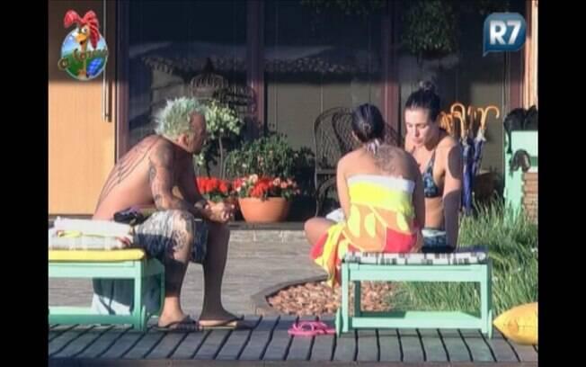 Gui Pádua conversa com Joana e Dani Bolina durante a tarde deste domingo (14)