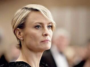 Ao ponto. Com seu perfil altivo, Robin Wright vive uma Claire Underwood fria e sensual na medida