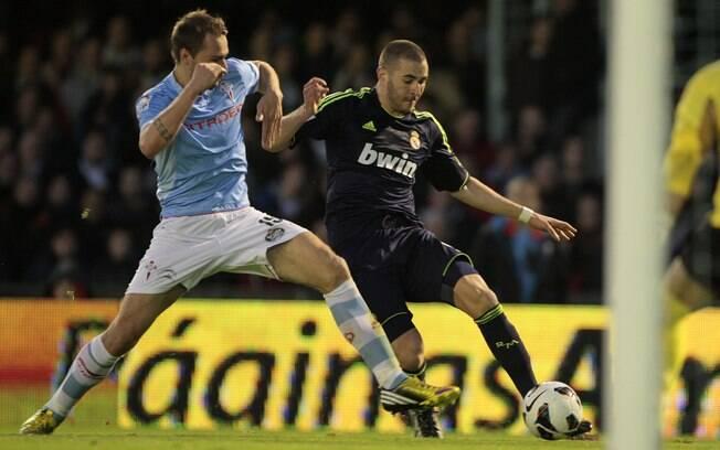 Benzema encara marcação do Celta de Vigo e  arrisca jogada no ataque do Real Madrid