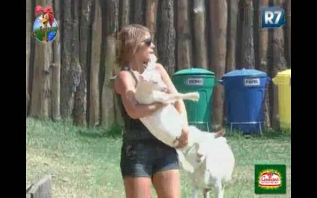 Raquel consegue pegar uma das cabras no colo