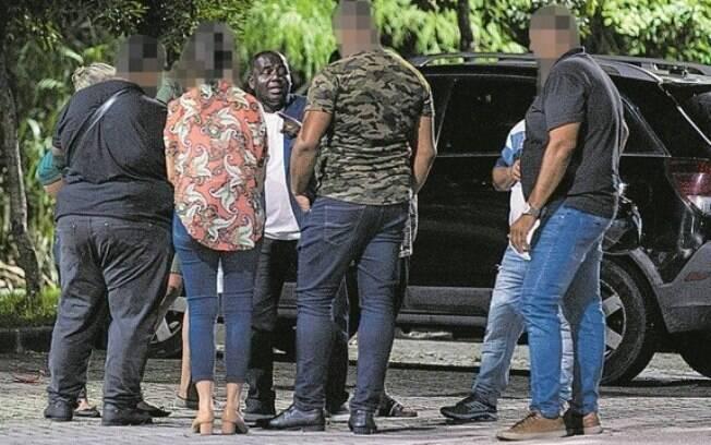 """Apoiadores de Crivella em frente ao comitê de campanha: de frente, Marcos Luciano, um dos """"guardiões"""" do prefeito"""
