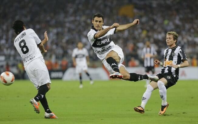 Benitez arrisca um belo chute para o Olimpia