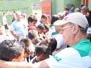 Presidente da LDB, Raimundo Nogueira, entrega medalhas a atletas do Independente, campeão mirim