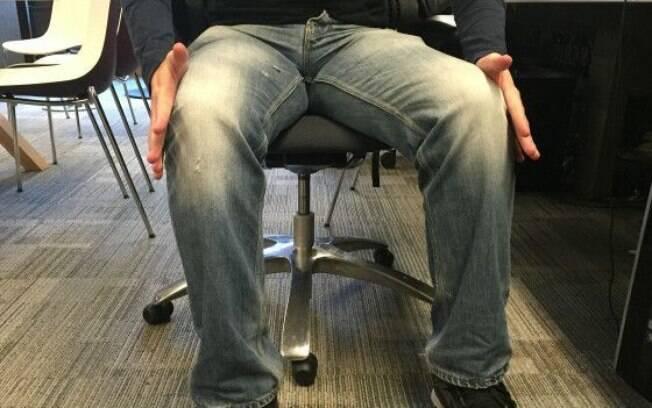 Seja de forma simultânea ou alternando as pernas, este exercício trabalha os abdutores e glúteos. Com as mãos podemos exercer resistência empurrando os joelhos para fora