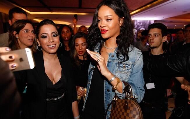 Rihanna sai de hotel e é abordada por fãs e Anitta