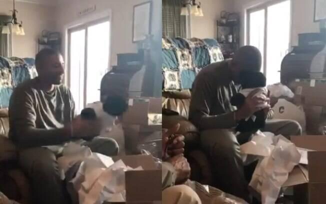 Homem ganha ursinho de pelúcia com  voz da mãe e tem reação emocionante que viralizou nas redes sociais