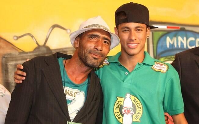 Neymar posa ao lado de catador em evento  nesta quarta