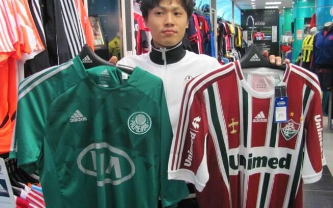 4598feb81b Produtos do Chelsea são os mais variados. Há muitos fãs japoneses do time  inglês