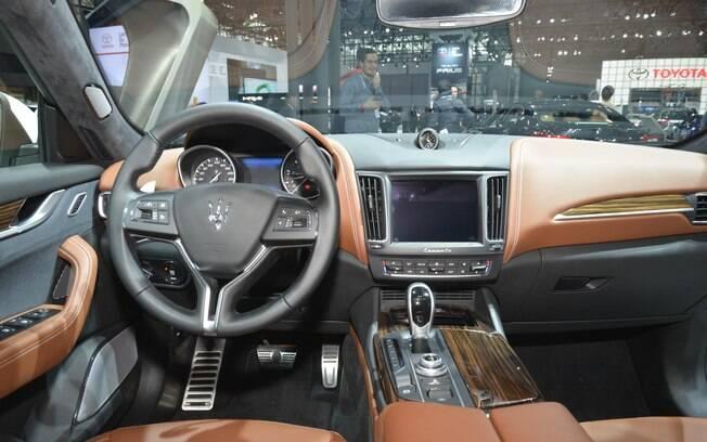Mais conservador, o interior do Maserati Levante não tenta inventar firulas, mantendo o aspecto premium da marca.