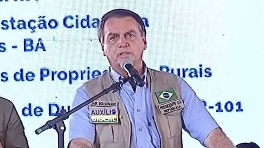 Bolsonaro usou broche promovendo o Auxílio Brasil