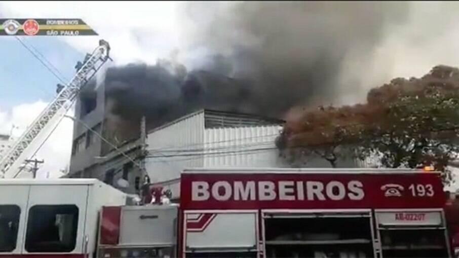 Galpão pegando fogo em São Paulo