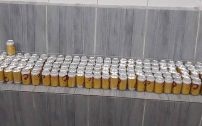 Mais de 140 latas de cerveja foram arremessadas por cima do muro de presídio no Recife