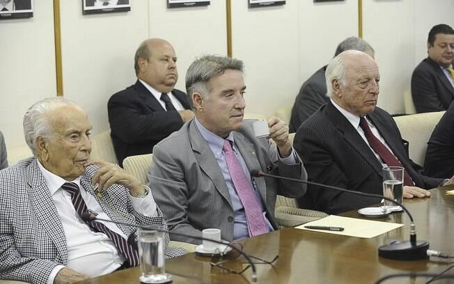 Os empresários Eike Batista, ao centro, e Jorge Gerdau, a direita, se encontram com ministro da Fazenda, Guido Mantega (agosto de 2012). Foto: Agência Brasil