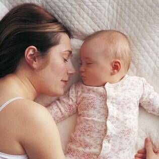 Dormir com o bebê: a cena é linda, mas o perigo é grande