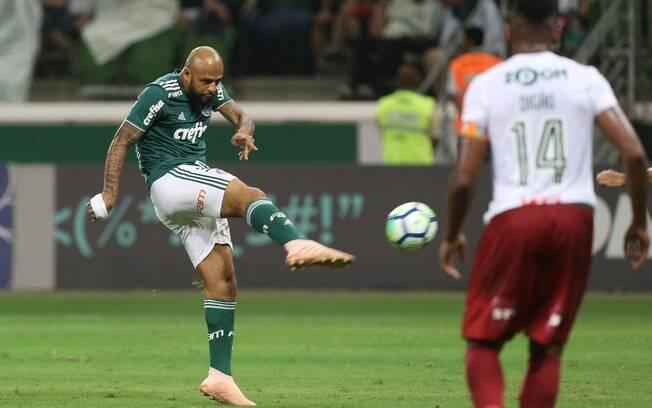 Felipe Melo marca o gol do Palmeiras, cada vez mais perto de ser campeão brasileiro