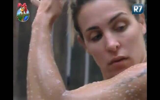 Joana toma banho na sede