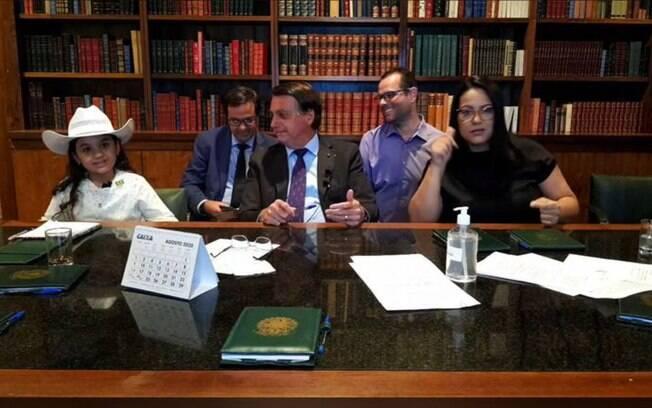 Bolsonaro, Esther e mais pessoas que fizeram parte da live do presidente nesta quinta-feira (10)