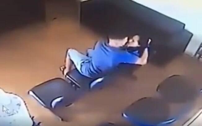 Câmeras de segurança flagraram o momento em que mulher é agredida pelo ex-companheiro