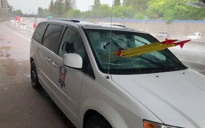 Veículo foi atingido por tripé enquanto passava por baixo de viaduto