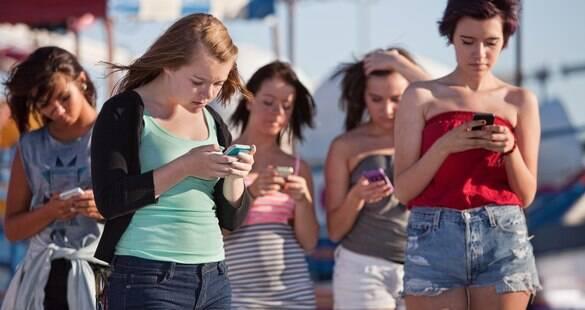 Cuidado: uso do celular pode estar modificando a curvatura da sua coluna