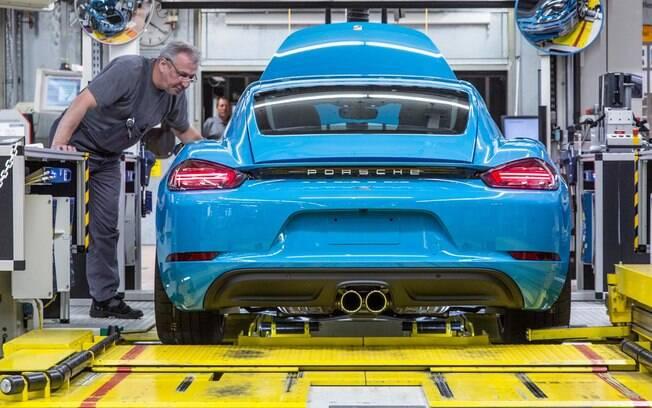 Porsche 718 Cayman é inspecionado na linha de produção