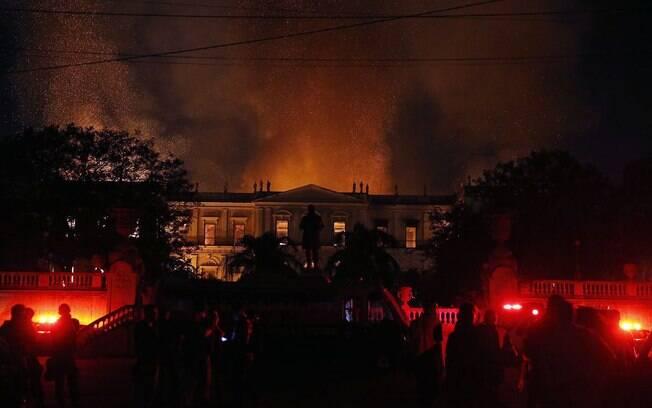 Segundo relato dos vigilantes, fogo no Museu Nacional do Rio de Janeiro teria começado de cima para baixo