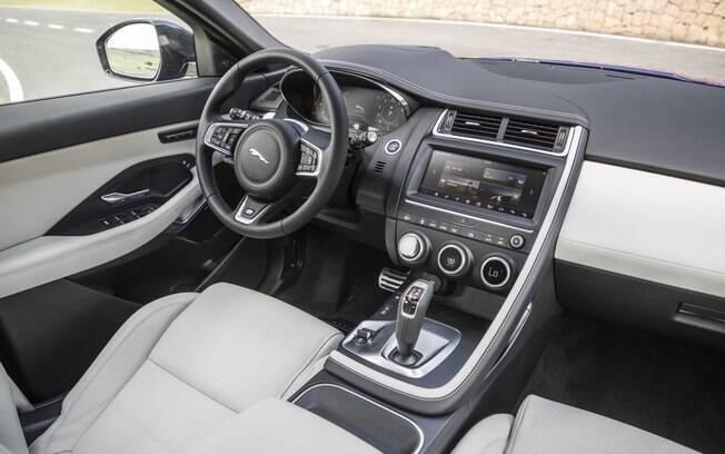 Jaguar E-Pace traz central multimídia sensível ao toque que garante conectividade com smartphones