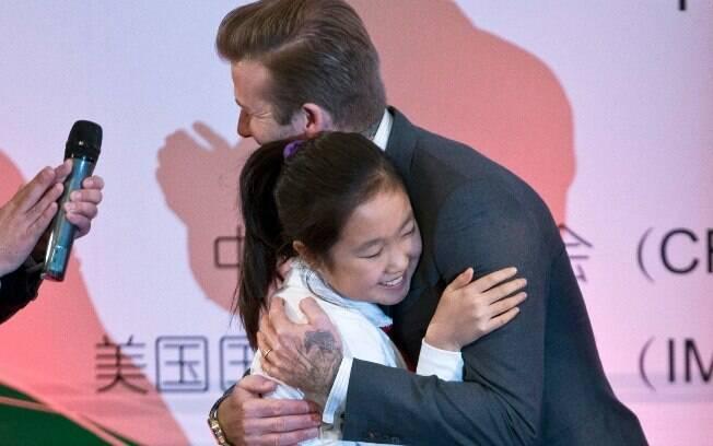 Beckham foi atencioso com as crianças em  Pequim